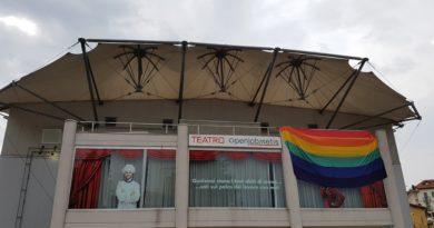 Una bandiera arcobaleno lunga sette metri sul Teatro di Varese per il Varese Pride 2017